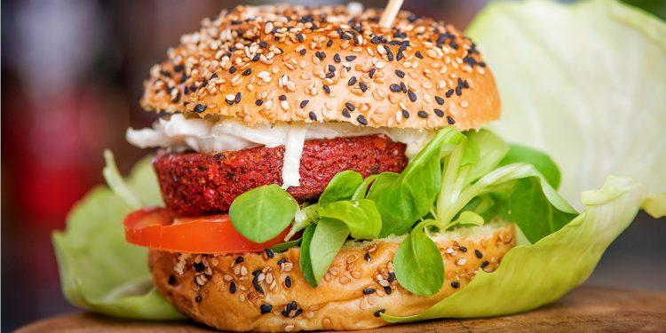 Veggieburger met rode biet en vegan mayo