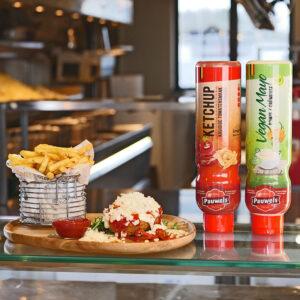 Friethuis Kipkaasdonut met ketchup en vegan mayo van Pauwels sauzen